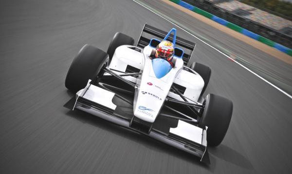 """2014 startet die Formel E. Der Prototyp des Rennwagens """"Formulec EF01"""" bringt es auf 240 km/h."""