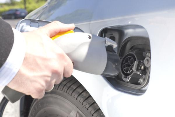Bild: © Tom-Hanisch - Fotolia.com - Eine durchschnittliche E-Auto-Batterie kostet derzeit im Durchschnitt um die 10 000 Euro