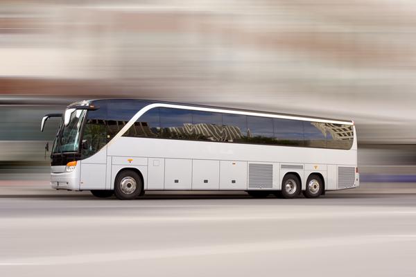 Bild: © panthermedia.net / Stephen Mcsweeny - Reisebusse liegen bei Energie- und Spritverbrauch vor der Bahn