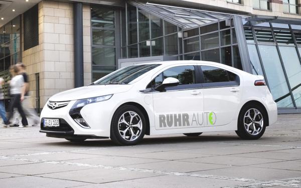 """Bild: © GM - Das Elektromobilitätsprojekt """"RuhrAuto-E"""" an Rhein und Ruhr setzt auf Wagen des Opel Amperas und des E-Smarts"""
