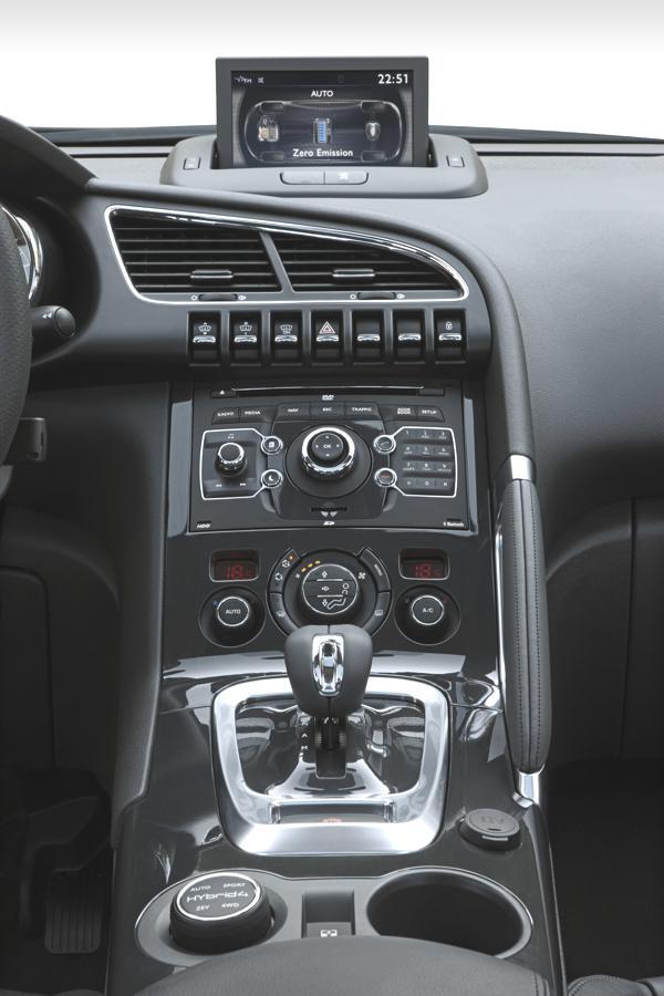 Bild: © Peugeot/Auto-Reporter.NET - Der Drehschalter auf der Mittelkonsole (im Bild unten links) wählt vier Fahrprogramme an