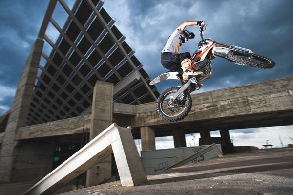 Bild: © KTM 2012 - Die KTM Freeride E ist die erste E-Enduro auf dem Zweiradmarkt. Leise, still und heimlich erklimmt sie alles, was sich ihr in den Weg stellt