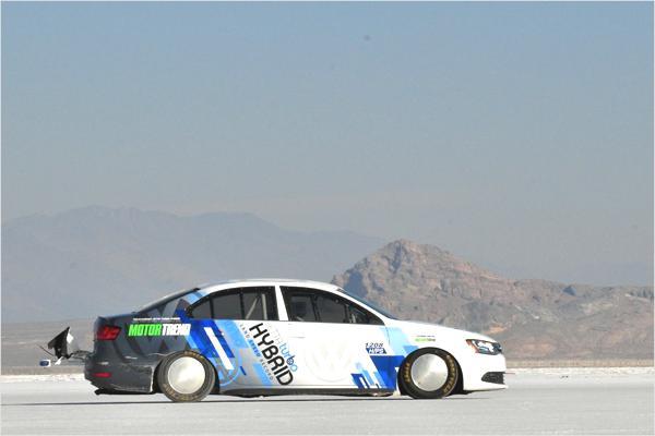 Bild: © VW/Auto-Reporter.NET - Der Hybrid-Jetta auf Rekordfahrt - tiefer gelegt, entkernt, mit 300 PS