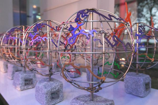 Bild: © TÜV Rheinland AG / ÖkoGlobe - Juror und Künstler HA Schult entwarf den ÖkoGlobe, eine auf einem Pflasterstein befestigte Nachbildung der Weltkugel