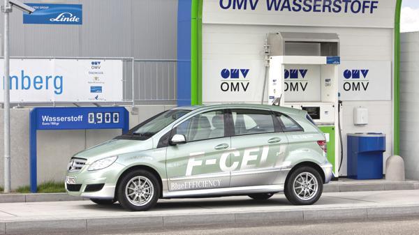 Bild: © Mercedes Benz - Eine Mercedes B-Klasse F-Cell am Stuttgarter Flughafen. Bis 2015 möchte man bei Mercedes ein wasserstoffbetriebenes Brennstoffzellenfahrzeug zur Marktreife gebracht haben.