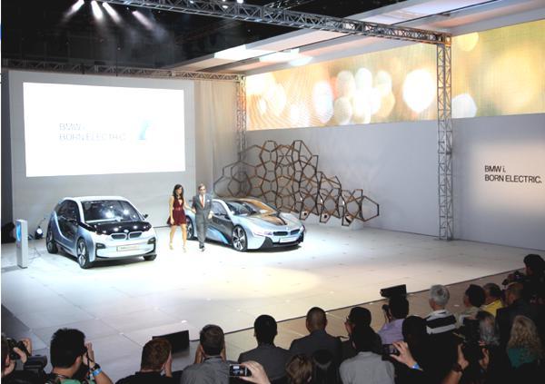 Bild: © 2012 LA AUTO SHOW - Seltener Augenblick auf der LA Auto Show: Ein Stromer im Rampenlicht (hier der neue BMW i3)