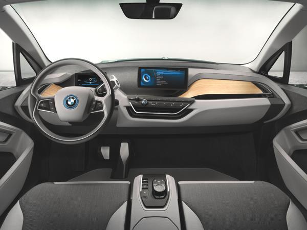 Bild: © BMW - 2012 - Der Innenraum ist klar und schlicht, vorn informieren den Fahrer zwei Displays über die nötigen Daten