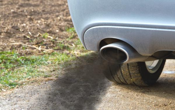 Bild: © Jürgen Fälchle - Fotolia.com - Ab dem Jahr 2015 soll der durchschnittliche CO2-Ausstoß eines Wagens bei maximal 130 Gramm Kohlendioxid pro Kilometer liegen
