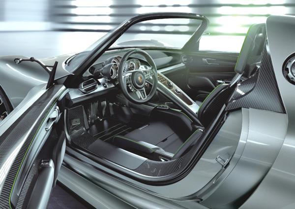 Bild: © Porsche - Sportlich elegant kommt der 918 Spyder auch im Innenraum daher